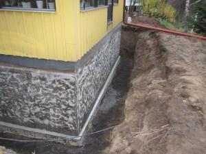 Källarväggen rengjord och klar för isolering.